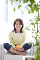 オレンジを手にした日本人女性
