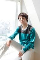 窓際に座る日本人男性