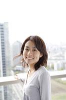 ベランダに立つ日本人女性