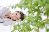 ベッドに横たわる日本人女性 30018000890A| 写真素材・ストックフォト・画像・イラスト素材|アマナイメージズ