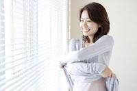 服を脱ぐ日本人の女性