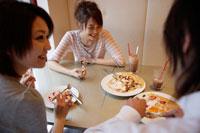 カフェで食事する日本人