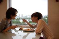 カフェで食事する日本人女性