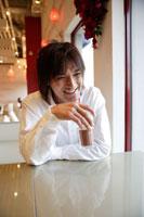 カフェで寛ぐ日本人男性