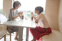 カフェで談笑する日本人女性2名