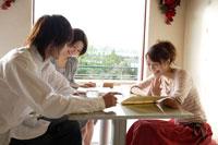カフェで談笑する日本人