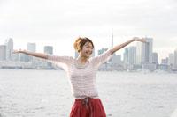 埠頭で手を広げる日本人女性 30018000924| 写真素材・ストックフォト・画像・イラスト素材|アマナイメージズ