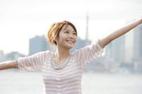 埠頭で手を広げる日本人女性 30018000925| 写真素材・ストックフォト・画像・イラスト素材|アマナイメージズ