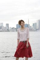 埠頭で佇む日本人女性