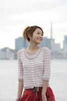 埠頭で佇む日本人女性 30018000929B| 写真素材・ストックフォト・画像・イラスト素材|アマナイメージズ