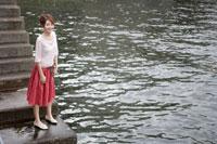 埠頭に立つ日本人女性 30018000937| 写真素材・ストックフォト・画像・イラスト素材|アマナイメージズ