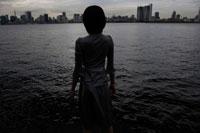 埠頭に立つ日本人女性