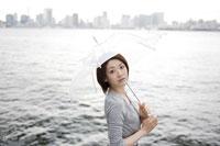 埠頭で傘をさす日本人女性 30018000942| 写真素材・ストックフォト・画像・イラスト素材|アマナイメージズ
