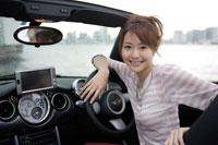 オープンカーに乗る日本人女性