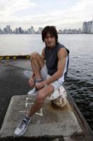 埠頭で靴の紐を結ぶ日本人男性