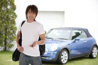 車の前に立つ日本人男性
