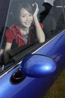 車の助手席に乗る日本人女性
