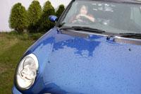 車に乗る日本人女性