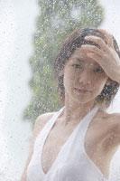 雨と窓越しの日本人女性