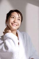お風呂上りの日本人女性 30018000991| 写真素材・ストックフォト・画像・イラスト素材|アマナイメージズ