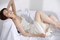 ソファーで寛ぐ女性のビューティーポートレート