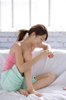 ソファーで寛ぐ日本人女性