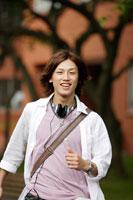 キャンパスを走る日本人の男性