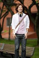 キャンパスに佇む日本人の男性