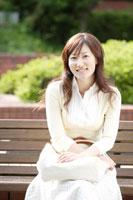 ベンチに座る日本人の女性