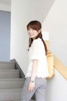 階段を上がる日本人の女性