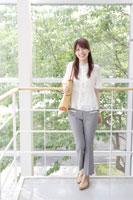 窓際に立つ日本人の女性