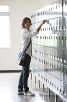 ロッカーの前に立つ日本人の男子学生