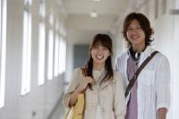 廊下を歩く日本人の男子学生と女子学生