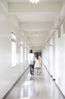 学校の廊下を歩く日本人カップルの後姿