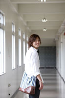 学校の廊下を歩く日本人の男子学生