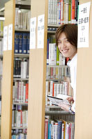 図書館で本を選ぶ日本人の男子学生 30018001161| 写真素材・ストックフォト・画像・イラスト素材|アマナイメージズ