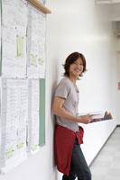 学校の廊下に佇む日本人の男子学生