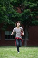 芝生を走る日本人の男子学生