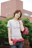 キャンパスに佇む日本人男性 30018001226| 写真素材・ストックフォト・画像・イラスト素材|アマナイメージズ