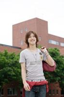 キャンパスに佇む日本人男性