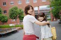 キャンパスを歩く日本人カップル