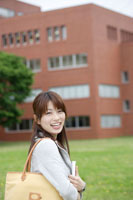 キャンパスで本を抱える日本人女性