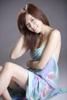 布を纏う20代日本人女性のビューティーイメージ