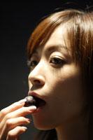 葡萄を食べる20代日本人女性のビューティーイメージ