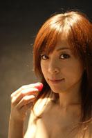 ラズベリーを持つ20代日本人女性のビューティーイメージ