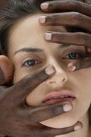 20代白人女性と黒人男性の手のビューティーイメージ