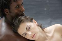 20代白人女性と黒人男性のビューティーイメージ 30018001384| 写真素材・ストックフォト・画像・イラスト素材|アマナイメージズ