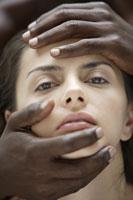 20代白人女性と黒人男性の手のビューティーイメージ 30018001407| 写真素材・ストックフォト・画像・イラスト素材|アマナイメージズ