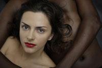 20代黒人男性に寄り添う白人女性のイメージ