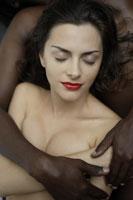 20代黒人男性に寄り添う白人女性のイメージ 30018001417A| 写真素材・ストックフォト・画像・イラスト素材|アマナイメージズ